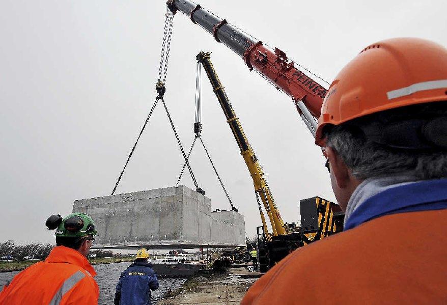 Nederhoff en Peinemann plaatsen drie betonnen casco's in het water